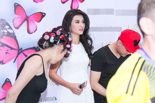 Diễn viên Kim Tuyến ăn vội trước khi diễn thời trang - 1