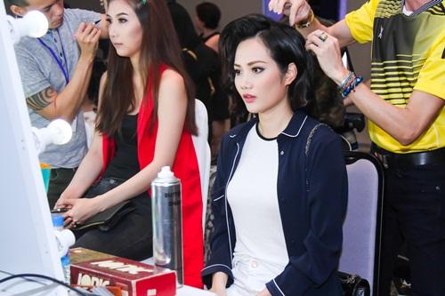 Diễn viên Kim Tuyến ăn vội trước khi diễn thời trang - 3