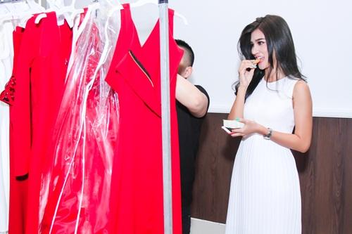 Diễn viên Kim Tuyến ăn vội trước khi diễn thời trang - 4