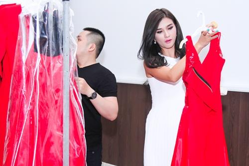 Diễn viên Kim Tuyến ăn vội trước khi diễn thời trang - 5