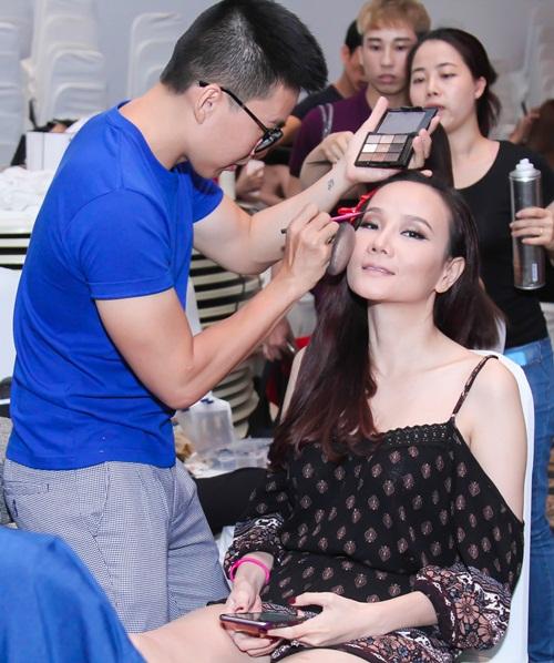 Diễn viên Kim Tuyến ăn vội trước khi diễn thời trang - 7