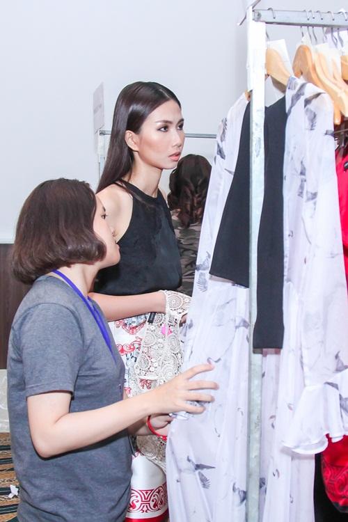 Diễn viên Kim Tuyến ăn vội trước khi diễn thời trang - 13