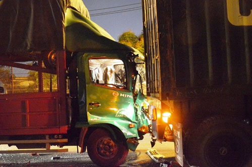 Xe tải tông đuôi container, 2 người thương vong - 1
