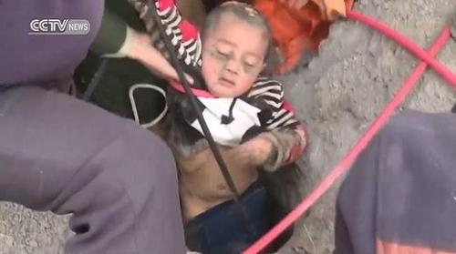 Clip: Hồi hộp giải cứu bé trai rơi xuống giếng sâu 90m - 2