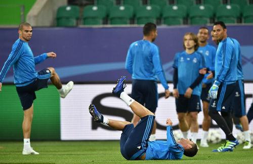 Đồng đội vào quá đà, Ronaldo nhăn nhó ôm chân - 1
