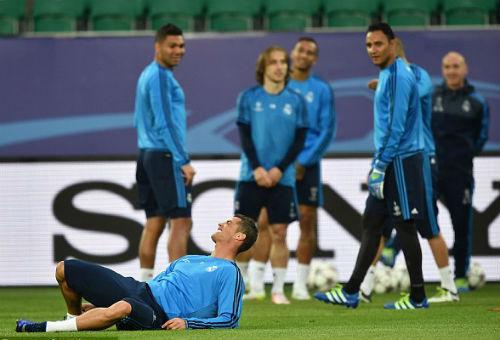 Đồng đội vào quá đà, Ronaldo nhăn nhó ôm chân - 3