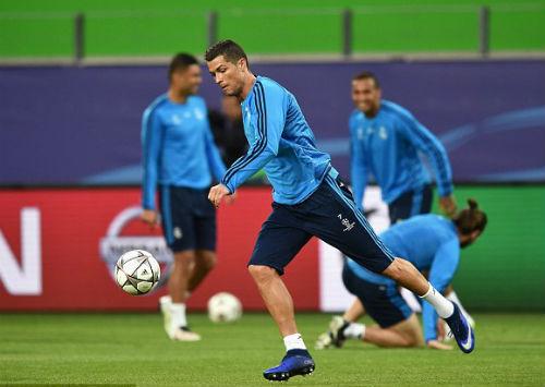 Đồng đội vào quá đà, Ronaldo nhăn nhó ôm chân - 4