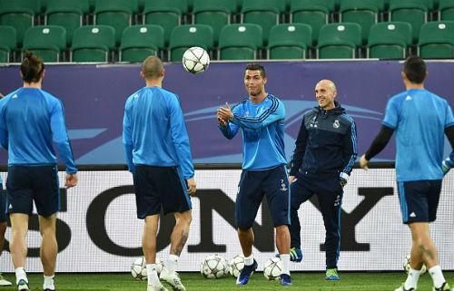 Đồng đội vào quá đà, Ronaldo nhăn nhó ôm chân - 5