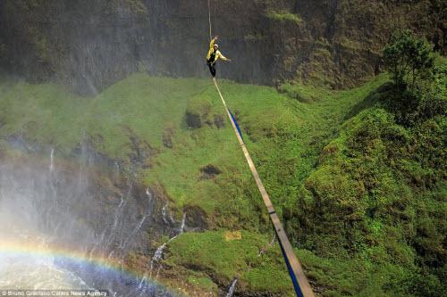 Ảnh: Đi trên dây ngang qua thác nước 60 mét - 1