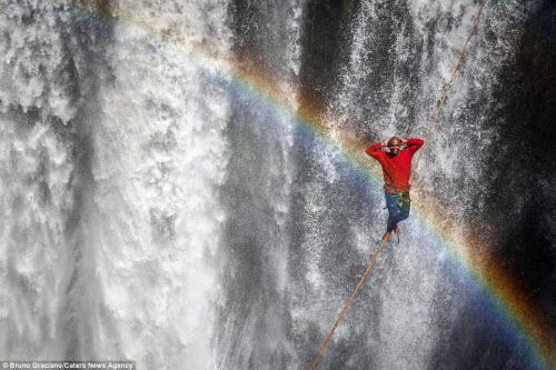 Ảnh: Đi trên dây ngang qua thác nước 60 mét - 2