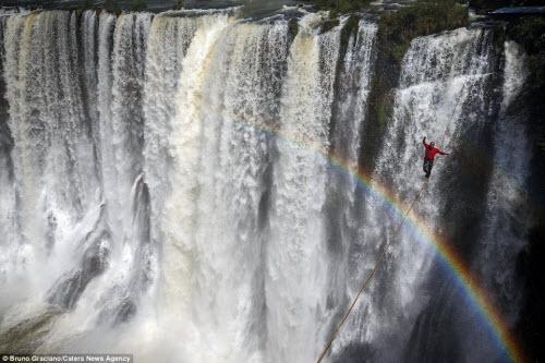 Ảnh: Đi trên dây ngang qua thác nước 60 mét - 3