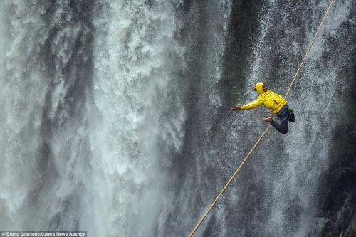 Ảnh: Đi trên dây ngang qua thác nước 60 mét - 4