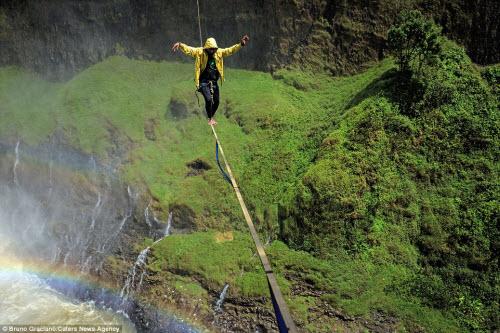 Ảnh: Đi trên dây ngang qua thác nước 60 mét - 5