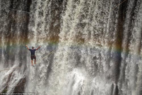 Ảnh: Đi trên dây ngang qua thác nước 60 mét - 6