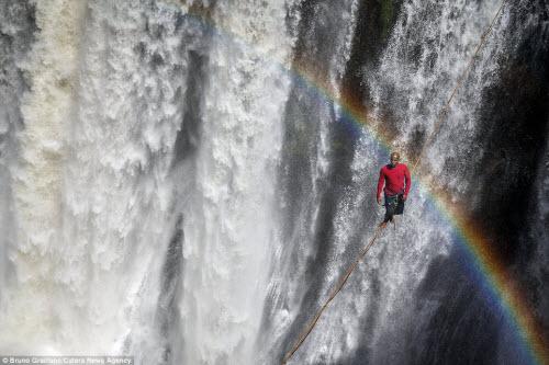 Ảnh: Đi trên dây ngang qua thác nước 60 mét - 7
