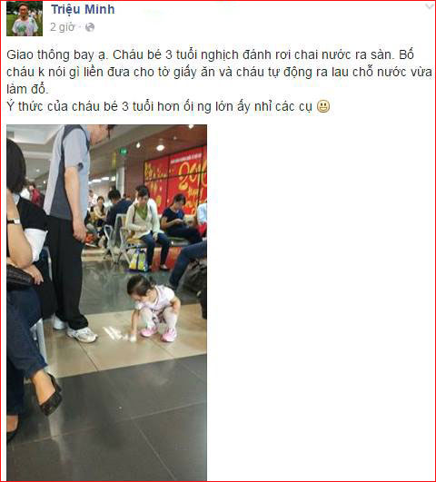 Bé 3 tuổi bị bố bắt tự lau nước đổ ra sảnh chờ sân bay - 1