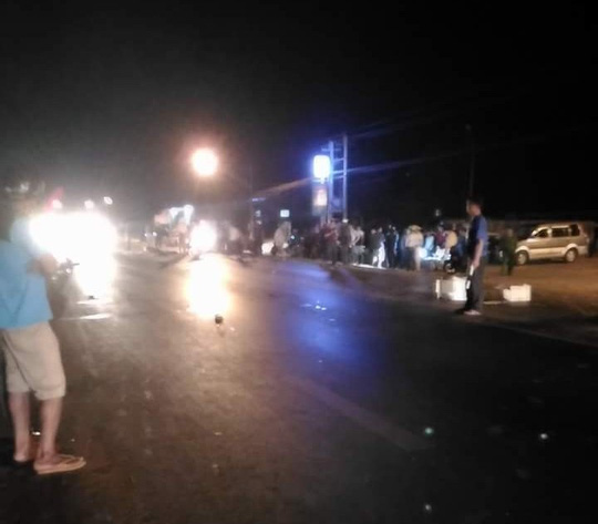 4 xe máy tông nhau, 2 thanh niên chết tại chỗ - 1
