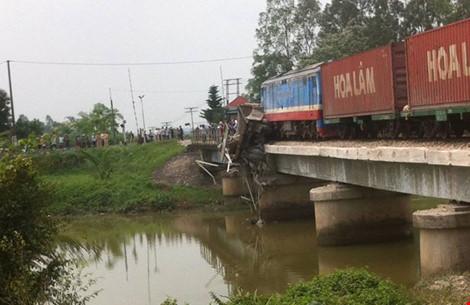 Tàu hỏa mắc kẹt trên cầu, đường sắt Bắc-Nam ách tắc - 1