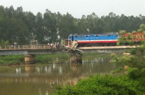 Tàu hỏa mắc kẹt trên cầu, đường sắt Bắc-Nam ách tắc - 2
