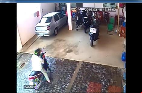 Người lạ khóa cửa, tưới xăng vào nhà chủ tiệm cầm đồ - 2