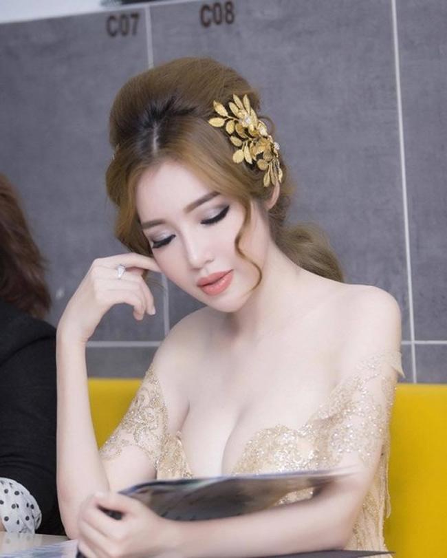 Nếu như nhiều cô gái trẻ đang chạy theo trào lưu da nâu, môi mọng, thân hình săn chắc thì bà mẹ 2 con hot nhất showbiz Việt Elly Trần vẫn giữ làn da trắng ngần.