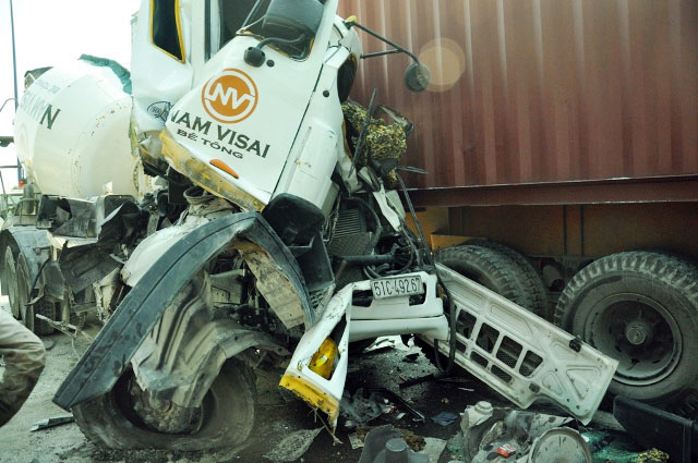 Bị 2 xe kẹp cứng, tài xế cầu cứu trong xe bồn cháy - 4