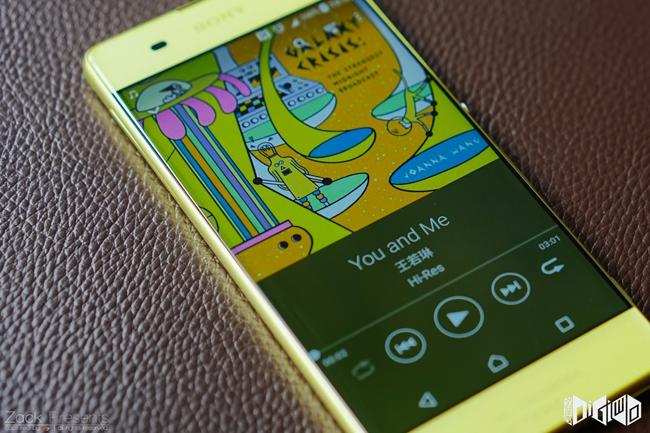 Tuy nhiên, mới đây Sony đã công bố những hình ảnh mới nhất về mẫu điện thoại thông minh Xperia XA với màu vàng chanh vô cùng bắt mắt.