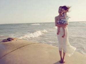 Mẹ con Elly Trần đẹp như thiên thần trên bãi biển