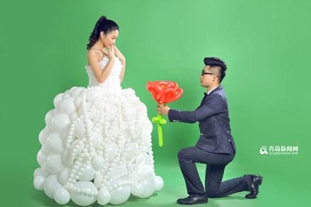 """Chú rể """"may"""" váy cưới cho cô dâu từ 600 quả bóng bay - 7"""