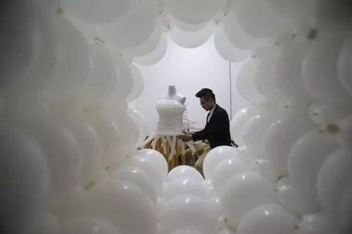 """Chú rể """"may"""" váy cưới cho cô dâu từ 600 quả bóng bay - 1"""