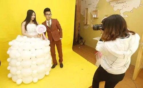 """Chú rể """"may"""" váy cưới cho cô dâu từ 600 quả bóng bay - 3"""
