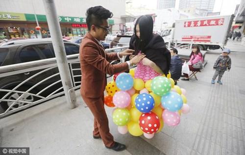 """Chú rể """"may"""" váy cưới cho cô dâu từ 600 quả bóng bay - 5"""