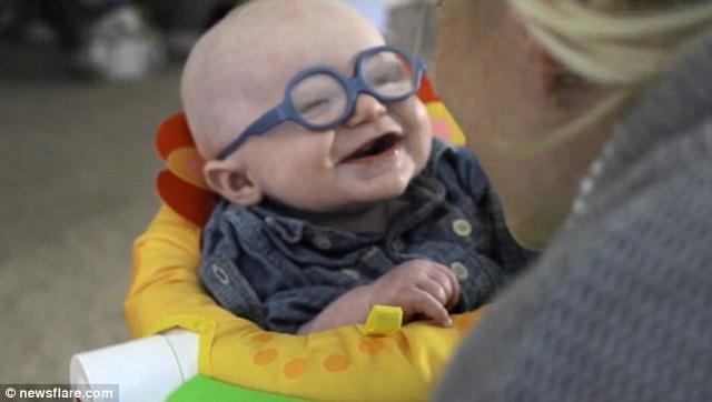 Video: Bé 4 tháng tuổi mắt kém cười toét khi nhìn rõ mẹ - 3