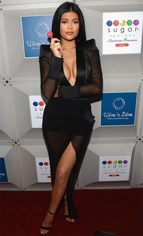 Hot girl Hollywood lộ chiêu dùng băng dính dán ngực - 1