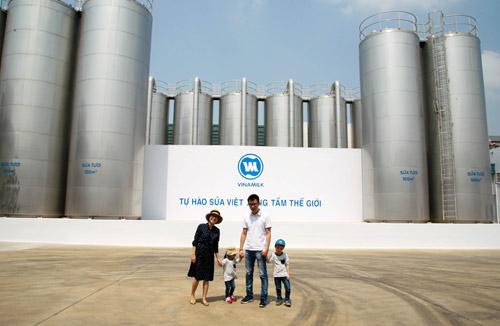 """""""Theo chân"""" gia đình Ốc Thanh Vân khám phá nhà máy sữa - 4"""