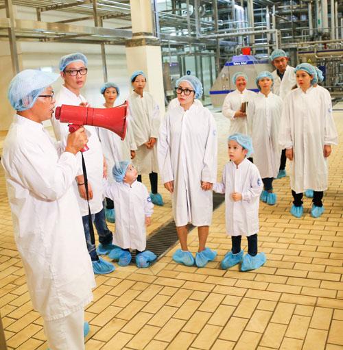 """""""Theo chân"""" gia đình Ốc Thanh Vân khám phá nhà máy sữa - 5"""