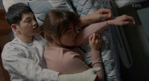 """Cảnh ngủ chung ngọt lịm của cặp đôi """"Hậu duệ mặt trời"""" - 1"""