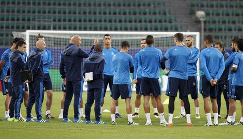 Real muốn tái hợp Mourinho, Zidane phải tự cứu mình - 2