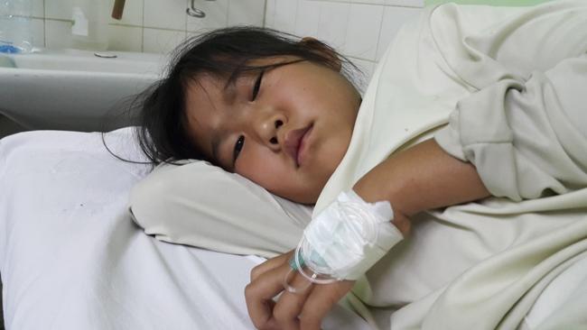 """Bé gái """"người vượn"""" cõng khối u khổng lồ được điều trị miễn phí - 2"""
