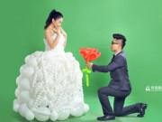 """Chú rể """"may"""" váy cưới cho cô dâu từ 600 quả bóng bay"""