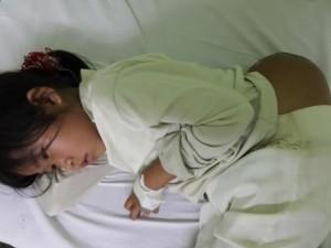 """Sức khỏe đời sống - Bé gái """"người vượn"""" cõng khối u khổng lồ được điều trị miễn phí"""