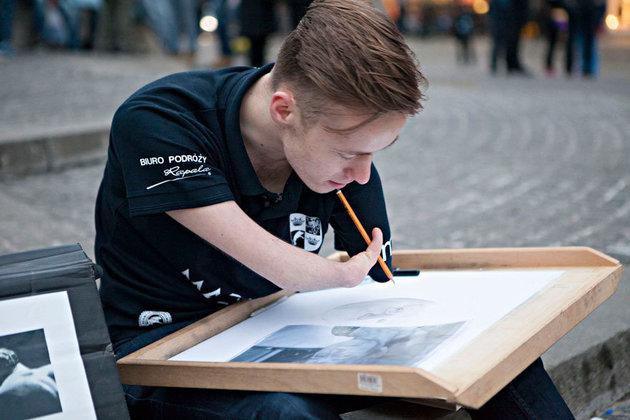 Chàng họa sĩ cụt tay Ba Lan với 700 bức vẽ tài hoa - 1