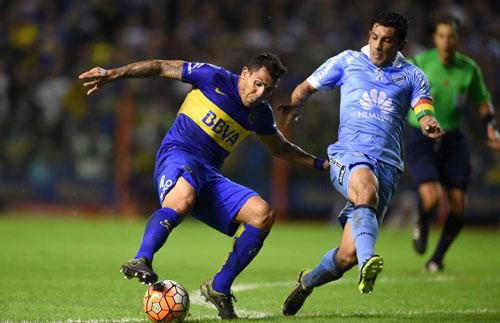 Tevez solo ghi bàn từ cự ly hơn 70m - 1