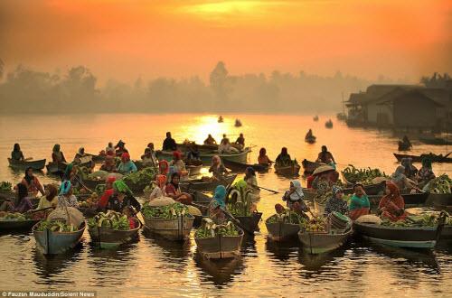 Khám phá chợ nổi trên sông ở Indonesia - 1