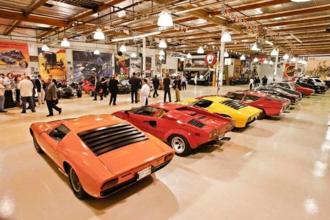10. Garage của Jay Leno: MC truyền hình Mỹ Jay Leno là một người mê sưu tầm xe và không bao giờ che giấu về điều này. Garage của anh được thiết kế rất độc đáo với các cách trang trí đẹp mắt bằng các bức tranh ấn tượng xung quanh.