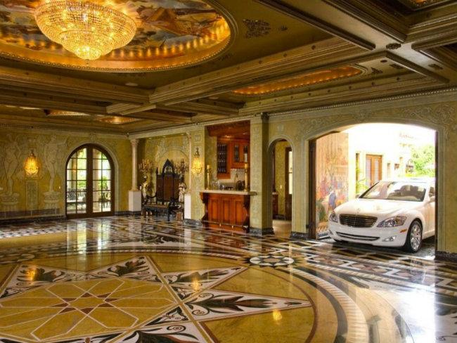 """9. Nhiều nơi trên thế giới còn có cách thiết kế  """" độc """"  cho chỗ để siêu xe của mình. Đó là cách bố trí một nửa phòng để xe và một nửa phòng dùng để khiêu vũ."""