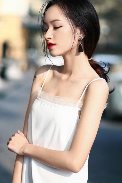 Dạo phố đầu hè xinh như hotgirl với đầm 2 dây gợi cảm - 2