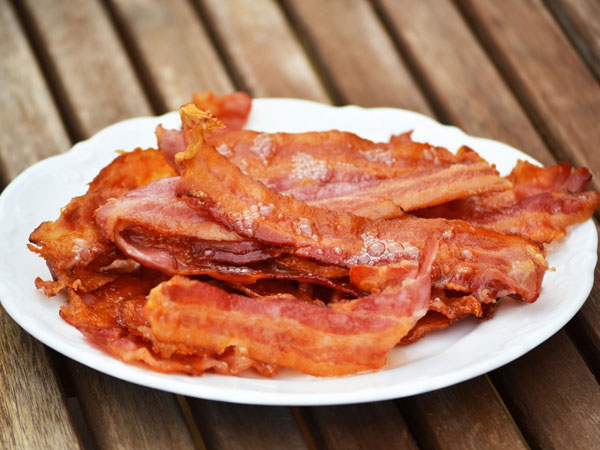 Trẻ có nguy cơ suy tim, suy thận... khi ăn thịt xông khói - 1