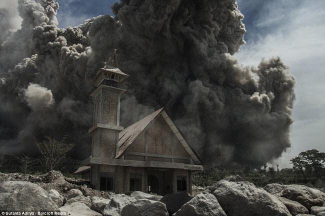Núi lửa Sinabung trên đảo Sumatra ở Indonesia đã ngủ yên suốt 4 thế kỷ cho đến năm 2010, khi nó bắt đầu hoạt động trở lại.
