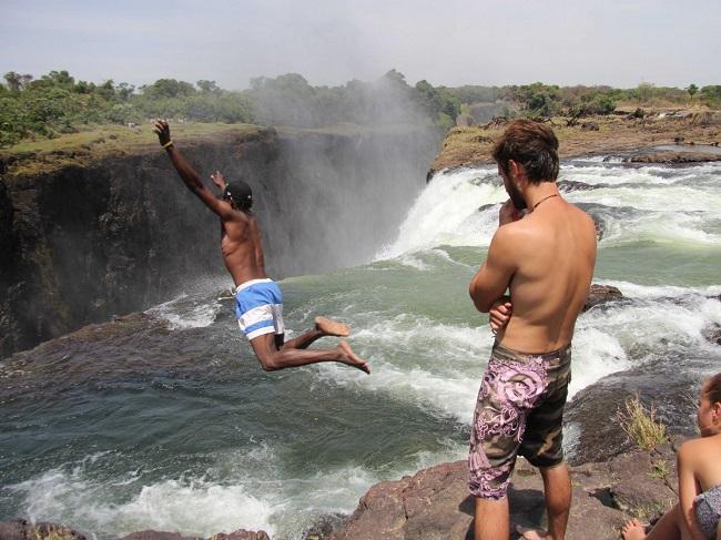Cảm giác như mình đang bơi ra khỏi vực đá ở Bể bơi ma quỷ, hồ bơi vô hạn tự nhiên ở Victoria Falls, nằm giữa biên giới Zambia và Zimbabwe.